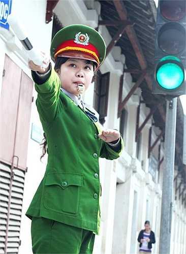 Cô nữ sinh Học viện Cảnh sát tham gia điều tiết giao thông là Công Hồng Nhung.