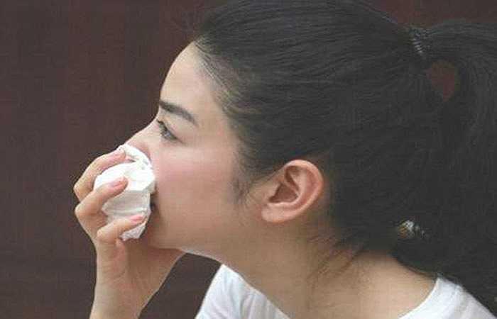 Chảy máu mũi là cũng là một trong những dấu hiệu của bệnh huyết áp cao ở giai đoạn đầu. Nếu bạn bị huyết áp cao và đột ngột chảy máu mũi nhiều, khó ngừng thì bạn nên đi khám bác sỹ để được kiểm tra huyết áp và điều trị bệnh.