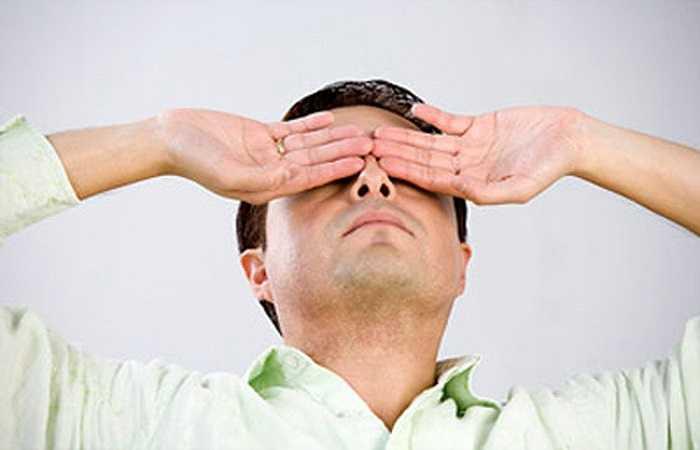 Vết máu trong mắt hoặc xuất huyết kết mạc có thể là dấu hiệu của người bị bệnh tiểu đường hoặc huyết áp cao. Bác sĩ nhãn khoa có thể phát hiện các tổn thương thần kinh thị giác do không được điều trị gây ra biến chứng của bệnh cao huyết áp.