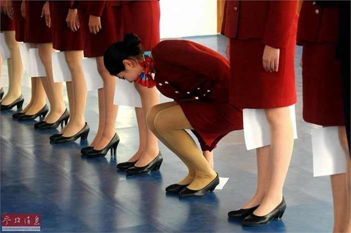 Bài tập đứng thẳng không thể thiếu của các sinh viên trường đào tạo tiếp viên hàng không Cáp Nhĩ Tân, Trung Quốc