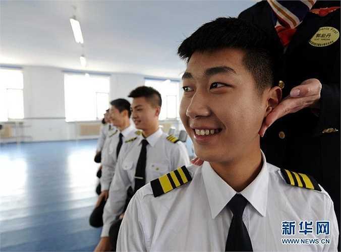 Bài tập ngồi xổm của các nam sinh trường đào tạo tiếp viên hàng không Cáp Nhĩ Tân