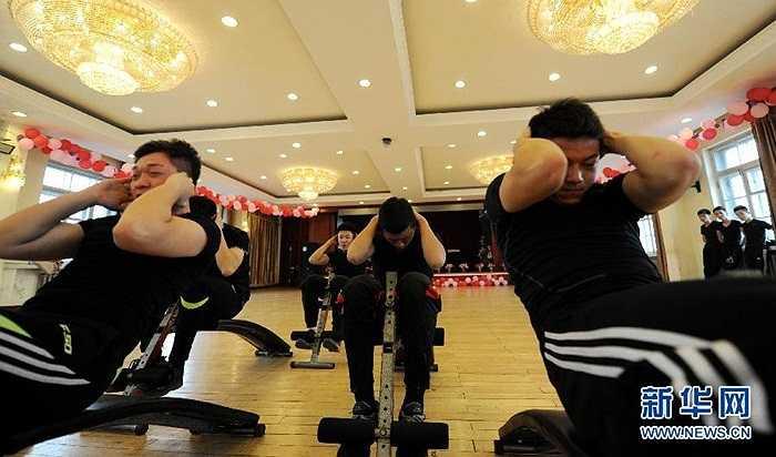 Các nam sinh luyện tập để có một thể hình cân đối