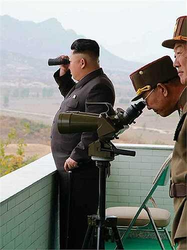 Nhà lãnh đạo họ Kim quan sát buổi huấn luyện qua ống nhòm