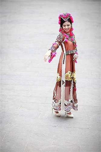 Và cũng tại toà thị chính thành phố Versailles, toạ lạc cạnh lâu đài nổi tiếng bậc nhất thế giới sẽ tổ chức một cuộc triển lãm về trang phục của dân tộc ít người của Việt Nam và diễn ra cuộc trình diễn bộ sưu tập áo dài trên chất liệu thổ cẩm vào ngày 6/11/2014