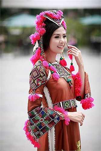 Tại buổi họp báo tại Hà Nội, Ngọc Hân xuất hiện lộng lẫy trong trang phục của các NTK lấy chất liệu thổ cẩm để sáng tạo.