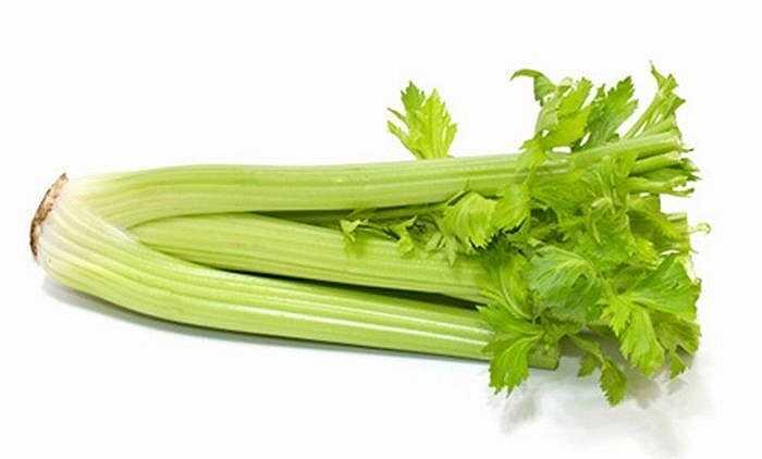 Cần tây sống có tác dụng thúc đẩy sản xuất androsterone, một loại hoóc môn không có mùi được bài tiết qua mồ hôi của nam giới có tác dụng lôi cuốn nữ giới. Tốt nhất, loại rau này nên được rửa sạch, cắt nhỏ và nhai sống.