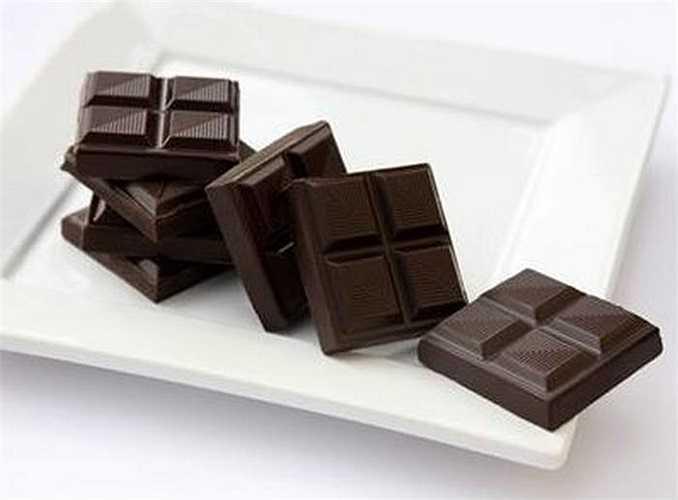Chocolate đen: Những phụ nữ ăn loại thực phẩm này hằng ngày có khả năng hoạt động tình dục cao hơn so với những người không ăn. Điều này có được là do chocolate đen có chứa serotonin và phenylethylamine, các hoạt chất dẫn truyền thần kinh có tác dụng tạo nên trạng thái hưng phấn và sự vui vẻ.