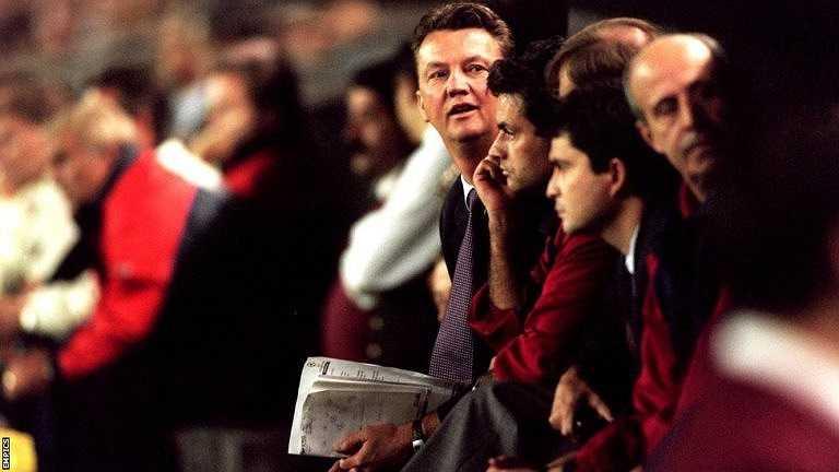 ... trước khi để Mourinho làm nhiệm vụ chỉ đạo trong những giải đấu giao hữu như Copa Catalunya. Cả hai sau đó chia tay nhau vào năm 2000, Van Gaal trở thành HLV tuyển Hà Lan còn Mourinho làm HLV trưởng Benfica.