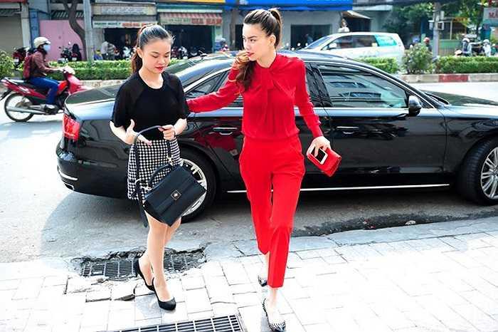 Hồ Ngọc Hà dùng siêu xe để chở Giang Hồng Ngọc tới tham gia một cuộc giao lưu trực tuyến sau khi this sinh này dành ngôi vị cao nhất của X Factor.