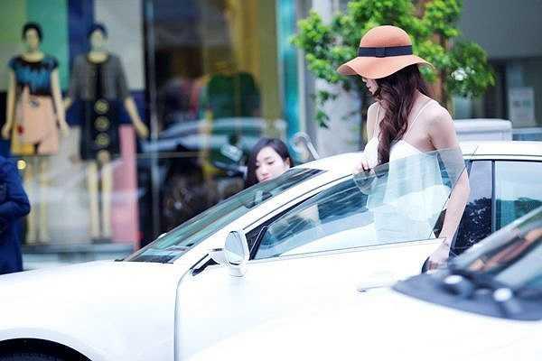 Nữ hoàng Vbiz chọn trang phục trang nhã, phù hợp với màu trắng của chiếc xe hơi.