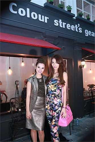 Cô chụp ảnh với người chị thân thiết đang làm quản lý phim trường Colour Street.