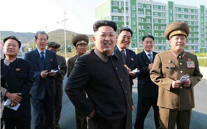 Ông Kim Jong-un xuất hiện lần lần đầu khi đến thăm một khu dân cư mới xây dựng và Viện năng lượng tự nhiện thuộc Học viện khoa học nhà nước