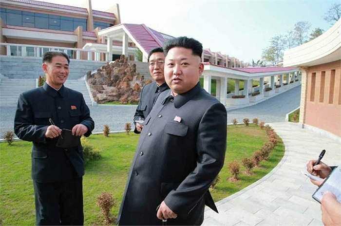 Ông Kim tỏ ra hài lòng với tiến độ xây dựng khu nghỉ dưỡng này và có những chỉ đạo cụ thể