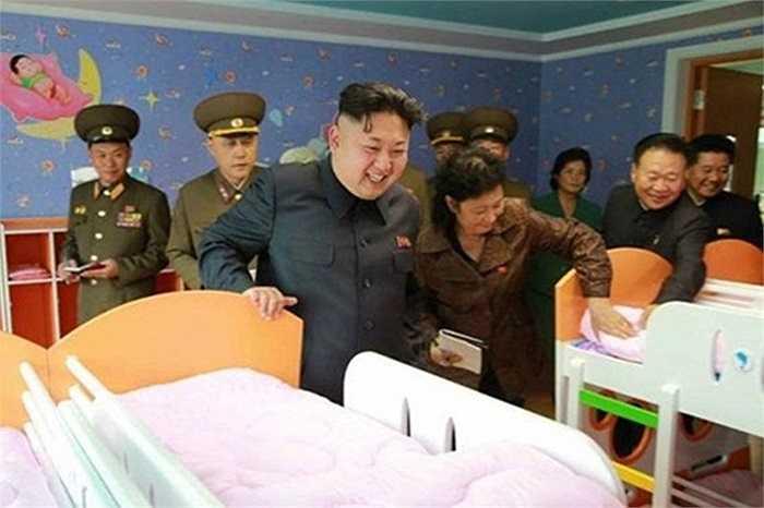 Gần đây nhất, ông Kim xuất hiện khi tới thăm trường mẫu giáo và trại mồ côi mới xây dựng