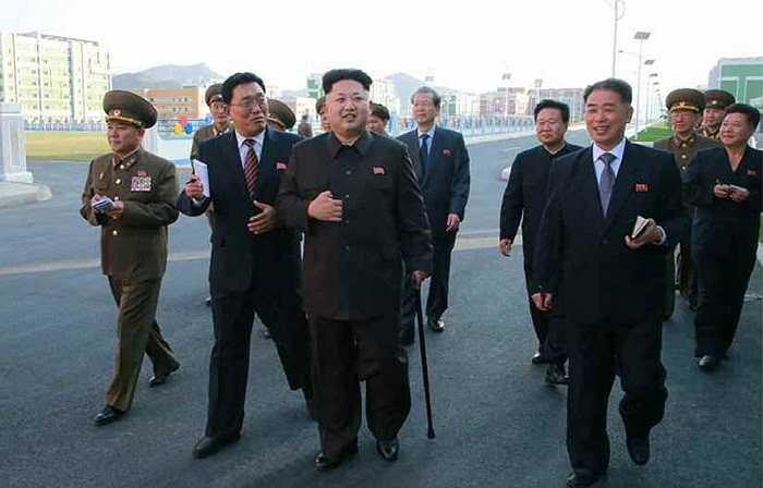 Ông Kim được một số quan chức tháp tùng