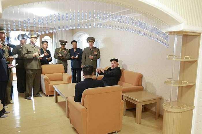 Sau đó, ngày 17/10, ông Kim Jong-un tiếp tục xuất hiện với chiếc gậy và cười rất tươi khi tới thăm khu chung cư mới xây dành cho các giảng viên Đại học Công Nghiệp