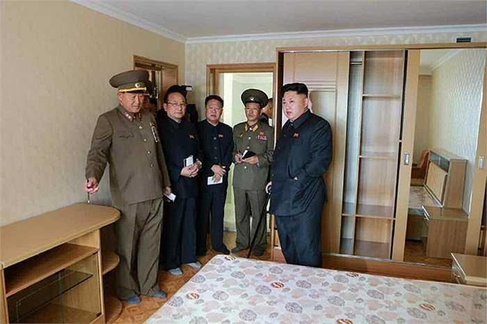 ông Kim Jong-un đã khen ngợi các tướng lĩnh quân đội đã hoàn thành khu chung cư đúng tiến độ