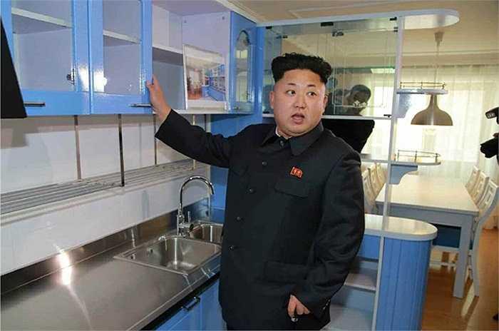 Ông Kim thăm phòng bếp bên trong khu chung cư