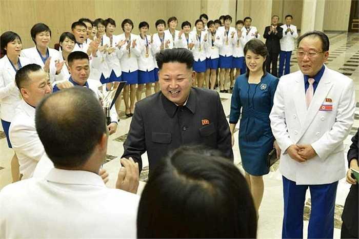 Nhà lãnh đạo Triều Tiên Kim Jong-un lần đầu xuất hiện cùng vợ trong một sự kiện hôm 19/10