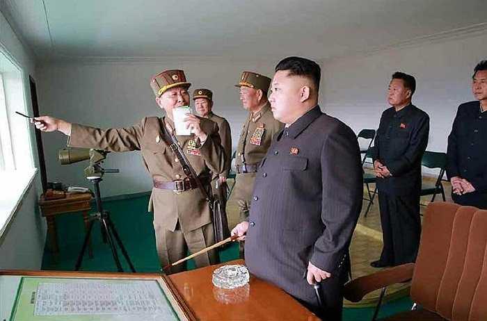 Ông Kim cùng nhiều tướng lĩnh quân đội theo dõi buổi huấn luyện chiến đấu của đơn vị 526 và 478