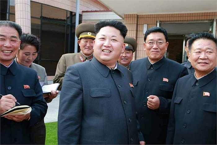 Nhà lãnh đạo Kim Jong-un chống cậy tươi cười khi thăm khu nghỉ dưỡng mới xây dành cho các nhà khoa học nước này