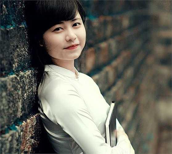 Thông tin về nữ sinh này cũng nhanh chóng được dân mạng truy tìm ra, đó là Quỳnh Trần, sinh năm 1995, hiện là sinh viên năm 2 ngành Quản trị, ĐH Giao thông Vận tải Hà Nội.