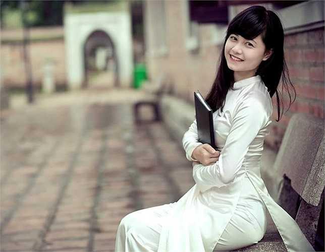 Cô đầy nữ tính trong trang phục áo dài truyền thống.