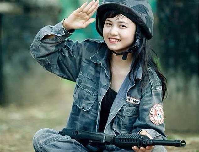 Quỳnh Trần trong giờ học quân sự ở trường.