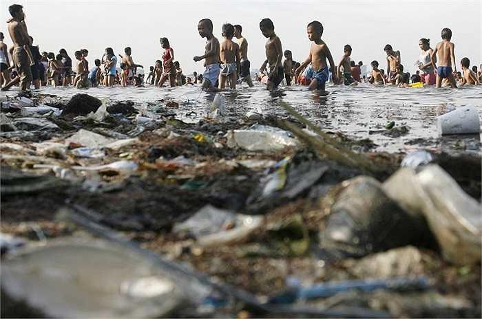 Ô nhiễm nguồn nước là mối quan lo ngại lớn của nhiều nước trên thế giới. Hình ảnh những đứa trẻ tắm trong vịnh Manila đầy rác.