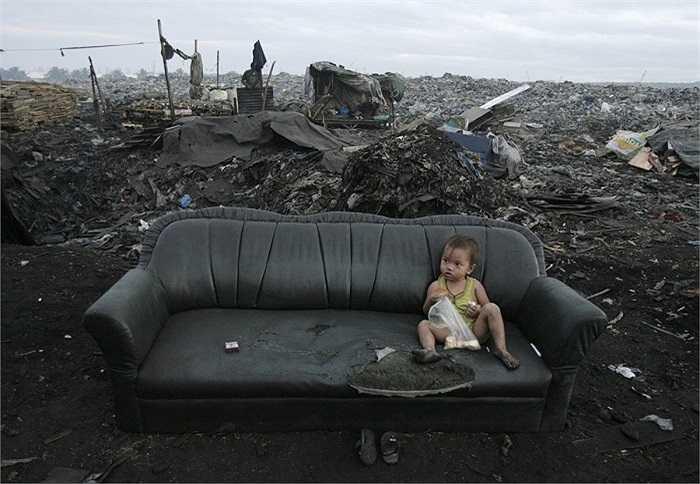Thậm chí nhiều người quen với việc sống trong môi trường ô nhiễm nặng nề. Đứa trẻ này đang ăn sáng tren chiếc ghế không phải đặt trong ngôi nhà khang trang, sạch sẽ mà là một bãi rác (Tondo, Philippines).