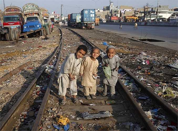 Đôi khi những thứ có ích lại được tìm thấy trong bãi rác. Những em nhỏ này đang tìm những thứ có thể làm vật liệu tái chế trên một đường tàu ở Karachi, Pakistan.