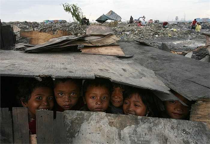 Những vật liệu vứt đi ở bãi rác này trở thành ngôi nhà 'đồ chơi' nho nhỏ của những đứa trẻ nơi đây (Manila, Philippines).