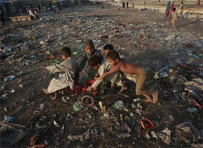 Khu phế liệu ở Karachi, Pakistan trở thành sân chơi cho những đứa trẻ nơi đây.
