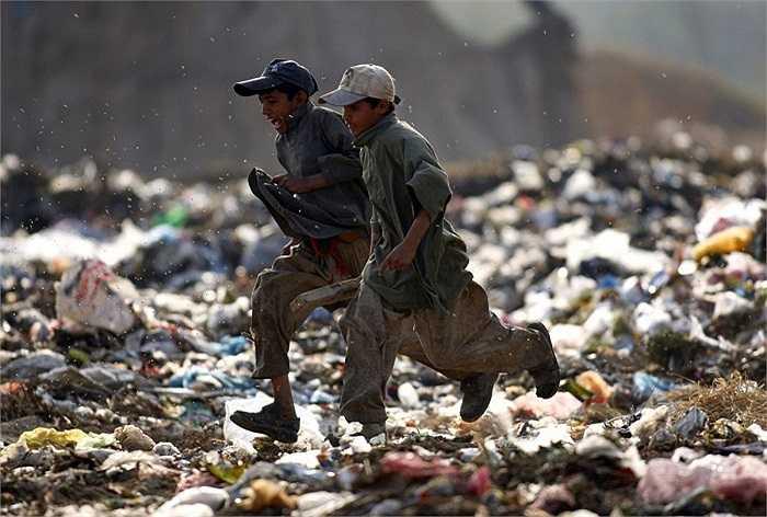 Nhiều trẻ em trên thế giới không có sân chơi, và chúng buộc phải tìm cho mình niềm vui ở những nơi như thế này (Islamabad, Pakistan).
