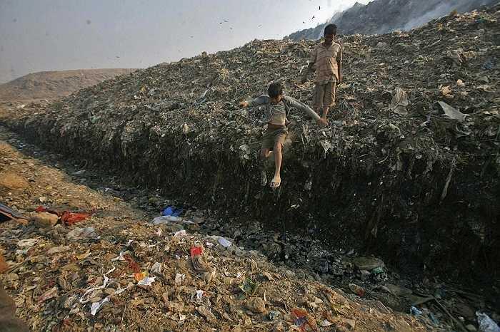 Hình ảnh được chụp tại bãi rác khổng lồ Ghazipur rộng 283.000 m2 ở New Delhi, Ấn Độ.