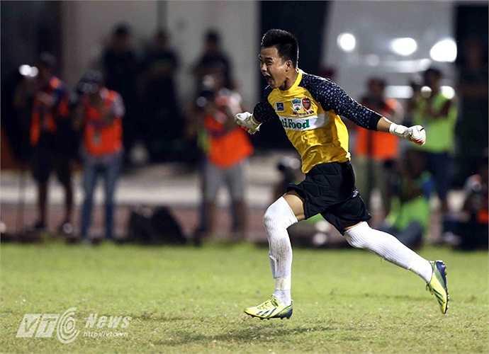 Nhưng Phi Sơn đã sút bóng trúng cột dọc khung thành Văn Tiến và U19 HAGL Arsenal JMG giành chiến thắng chung cuộc.(Ảnh: Quang Minh)