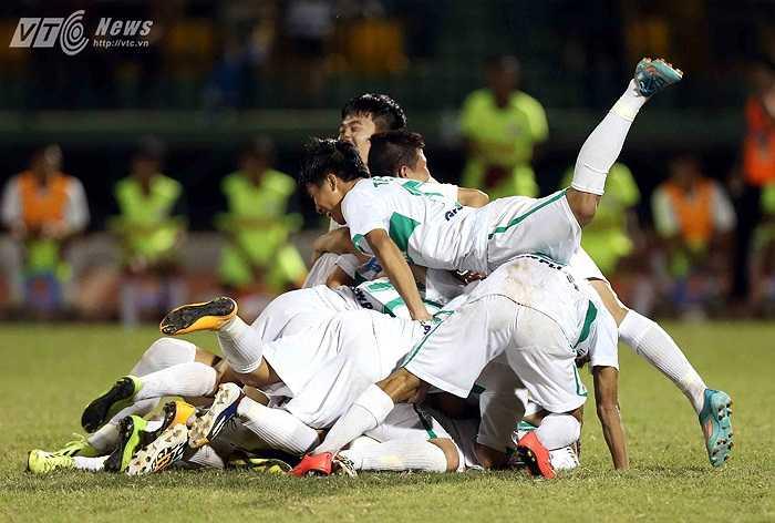 Niềm vui của U19 HAGL Arsenal JMG khi giành vé vào chơi trận chung kết.(Ảnh: Quang Minh)