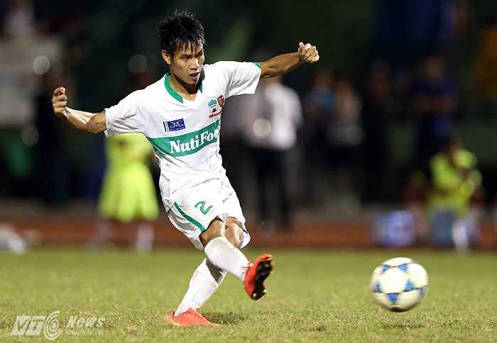 Lê Văn Sơn là người thực hiện lượt sút đầu tiên cho U19 HAGL Arsenal. Bằng một cú ra chân quyết đoán, hậu vệ cánh người Hải Dương đã hạ dễ thủ thành Văn Công.(Ảnh: Quang Minh)