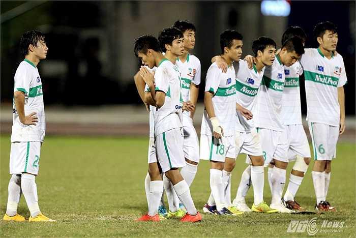 Văn Sơn trở về hàng và cầu nguyện thủ thành Văn Tiến sẽ cản phá thành công cút sút của U21 Việt Nam.(Ảnh: Quang Minh)