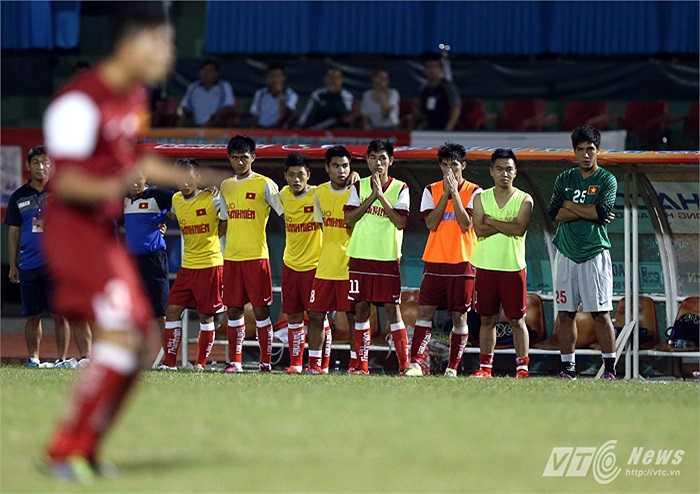 Ở lượt sút đầu tiên của U21 Việt Nam, chuyên gia đá phạt Phạm Mạnh Hùng được chỉ định thực hiện. Trước khi sút bóng, Mạnh Hùng đã lắc mông rất thiếu nghiêm túc. Hậu quả là anh sút bóng lên trời.(Ảnh: Quang Minh)