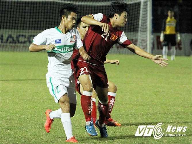 U21 Việt Nam đã có một trận đấu thực sự không đẹp trước các đàn em khi có nhiều pha bóng khiến cầu thủ U19 HAGL Arsenal phải 'dừng hình'.(Ảnh: Nhạc Dương)