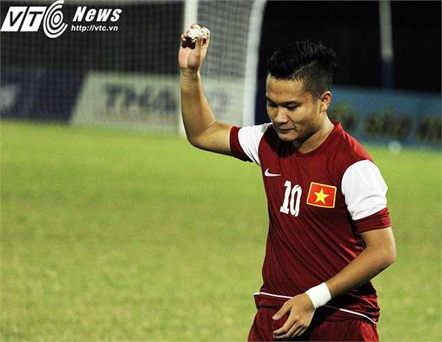 Phi Sơn bực tức sau khi đả hỏng quả phạt đền cuối cùng dẫn đến thất bại của U21 Việt Nam.(Ảnh: Nhạc Dương)