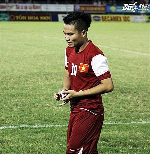 Phi Sơn không chứng tỏ được khả năng ở trận đấu này. Được nhiều người ưu ái gọi là 'Ronaldo Việt Nam' song ngoài vài cú đảo chân rất dẻo nhưng vô hại, Phi Sơn chỉ đáng nhận điểm trung bình ở trận này.(Ảnh: Nhạc Dương)