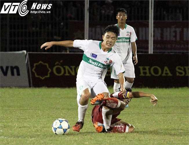 Còn đây là pha xoạc bóng từ phía sau của đội trưởng Văn Thuận bên phía U21 Việt Nam với Xuân Trường khiến cho cầu thủ quê Tuyên Quang lăn mấy vòng sân.(Ảnh: Nhạc Dương)