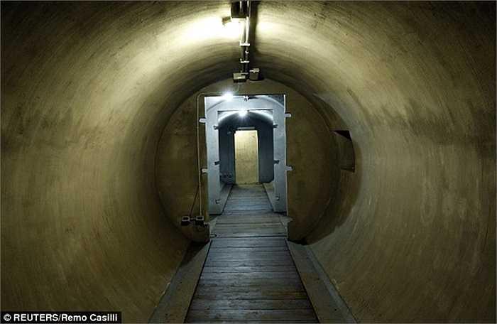 Nằm ngay bên dưới ngôi nhà Mussolini sinh sống, độc tài tính toán xây dựng boongke để có thể trốn thoát chỉ trong vài phút