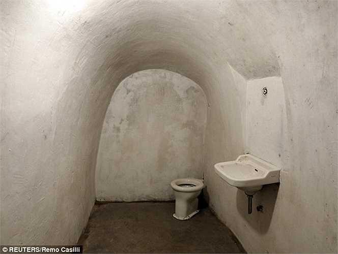 Nhà vệ sinh cũng được làm sẵn phòng trường hợp phải ẩn nấp thời gian dài
