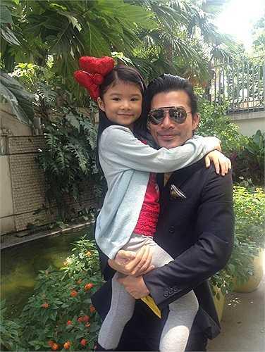 Trần Bảo Sơn bên cô công chúa nhỏ Bảo Tiên.