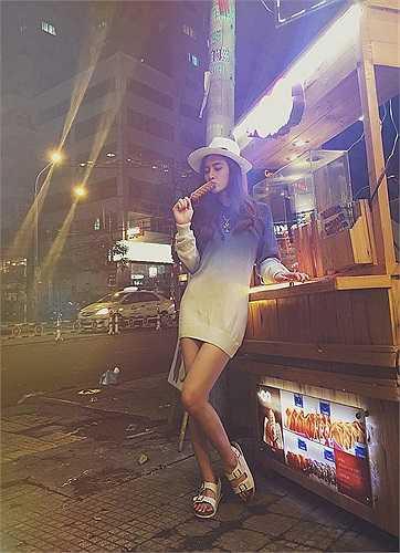 Phong cách thời trang dạo phố trẻ trung của Angela Phương Trinh.