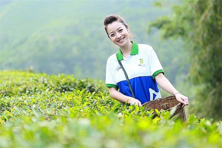 Jennifer Phạm khoe nhan sắc rạng rỡ trong một chuyến từ thiện.