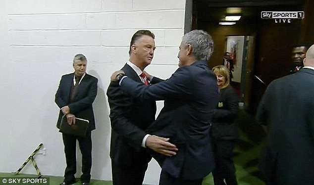 Bên cạnh diễn biến được chờ đợi sẽ rất kịch tính trên sân, người hâm mộ còn háo hức với việc Jose Mourinho gặp lại người thầy cũ, nay đã là đối thủ của mình - Louis Van Gaal.